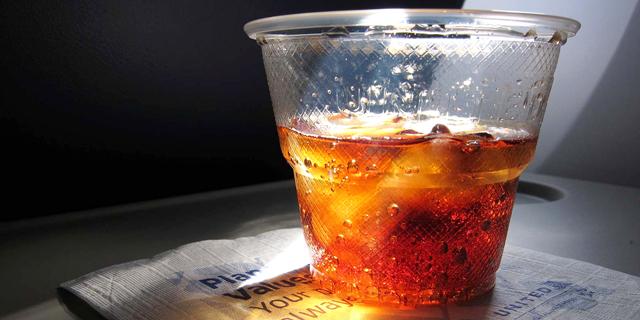 כוס קולה בטיסה , צילום: גטי