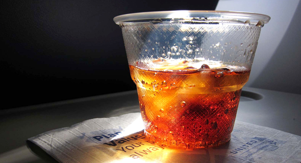 כוס קולה בטיסה