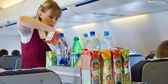 למה הדיילת שמוזגת קולה בטיסה לא משאירה לכם את כל הפחית