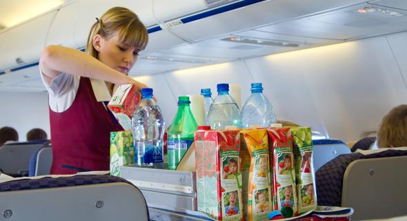 דיילת מוזגות משקאות בטיסה