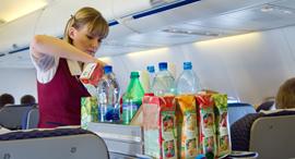 דיילת מוזגות משקאות בטיסה , צילום: שאטרסטוק