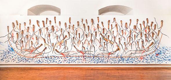 """""""הסירה"""" של אורן פישר. """"הבאתי איתי חתיכות של עצים מיער באזור ירושלים, ויצרתי מהן דמויות של מהגרים"""""""