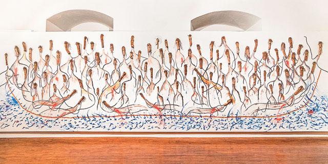 """""""הבאתי איתי חתיכות של עצים מיער באזור ירושלים, ויצרתי מהן דמויות של מהגרים"""""""