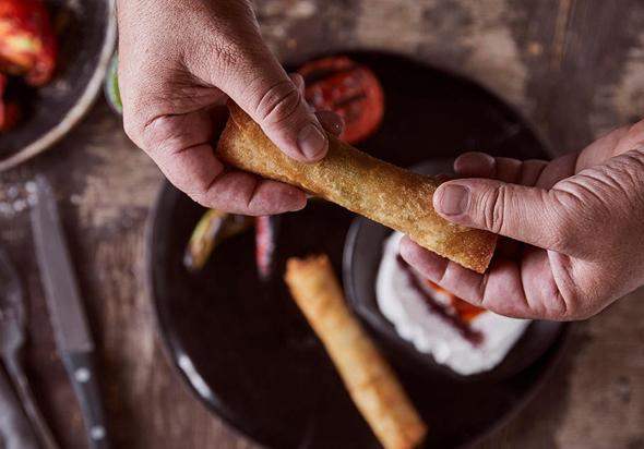הלנה בנמל, קיסריה. סיגרים של טלה ועגל על טחינה היונה, בצלים ועגבניות צלויים בגריל. 56 שקל, צילום: אפיק גבאי