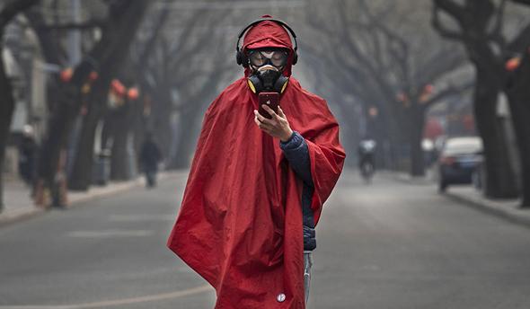 תושב עם מסכה בסין, צילום: גטי אימג