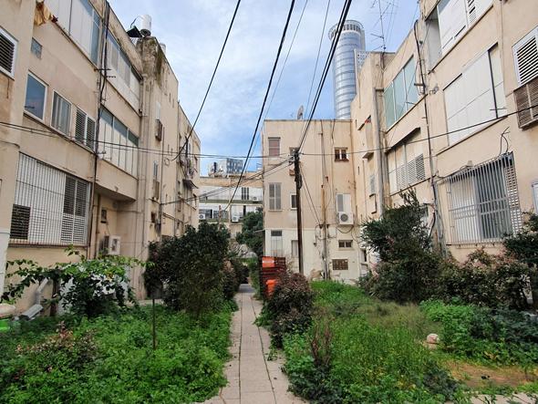 שני הבניינים שהריסתם מתעכבת, במתחם עלית, רמת גן