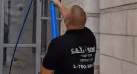 """עובד מוקד יסעור ניקיון ואחזקה בע""""מ, צילום: אתר החברה"""
