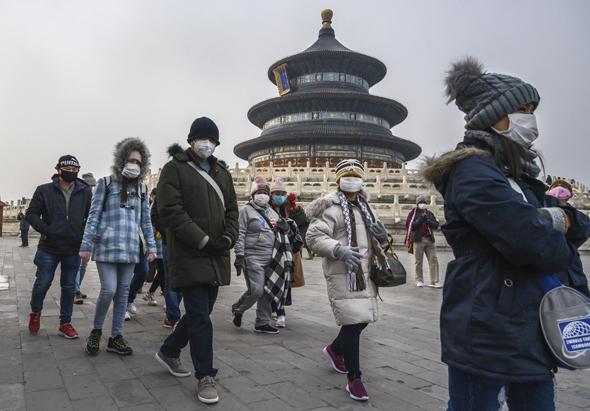 אזרחים עם מסיכות בסין