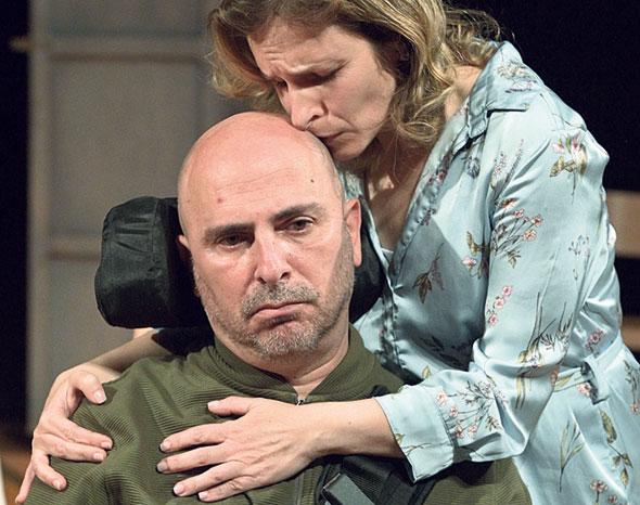 """רוני פינקוביץ' וגלית הרשקוביץ בהצגה """"קונטקט"""". מביים ומשחק את חייו"""