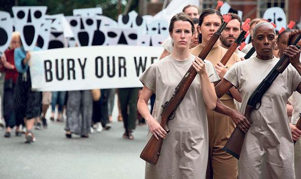 """מתוך """"הקברנים"""". """"כולנו חווינו את החוויה של להחזיק נשק. זו חלק מהזהות הקולקטיבית שלנו"""""""