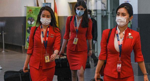 דיילות במלזיה אמש, טיסות בוטלו, צילום: AFP