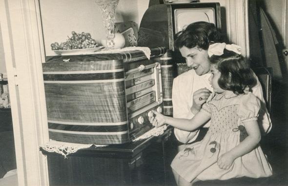 מאזינים לרדיו ביתי, בתחילת שנות החמישים