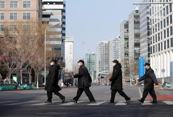 אנשי ביטחון צועדים במרכז הפיננסי של בייג'ינג