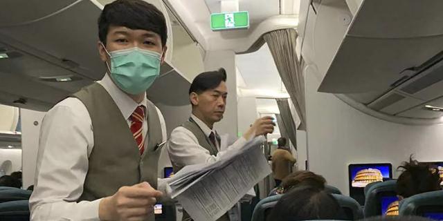 צוות המטוס עם מסכות, צילום: איי פי