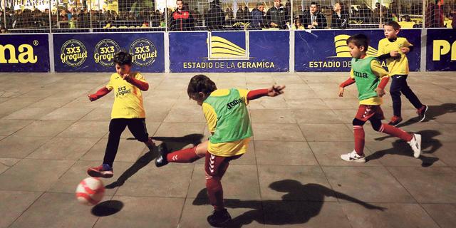 שחקנים צעירים משחקים כדורגל (ארכיון), צילום: רויטרס