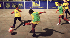 שחקנים צעירים משחקים כדורגל (ארכיון)