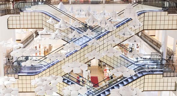 """המיצב של ננדו ב""""לה בון מרשה"""". טיפות נפתחות, צילום:  Le Bon Marché"""