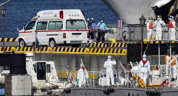 """צוות רפואי על """"ספינת הקורונה"""", צילום: EPA"""
