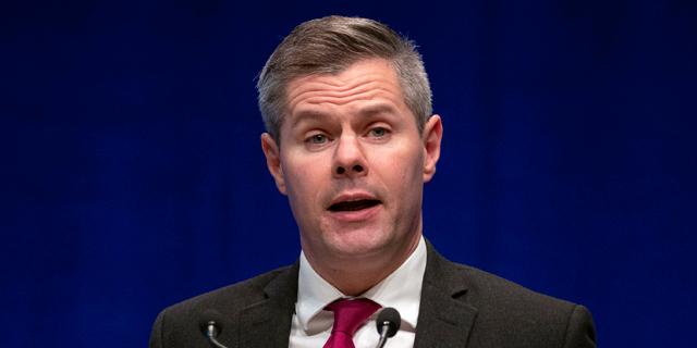 שר האוצר של סקוטלנד התפטר: נחשפו מאות סמסים ששלח לנער בן 16