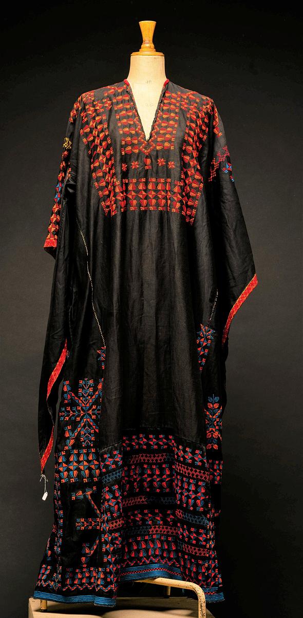 שמלה פלסטינית רקומה מאוסף שולמית אלוני  , צילום: חנן בר אסולין