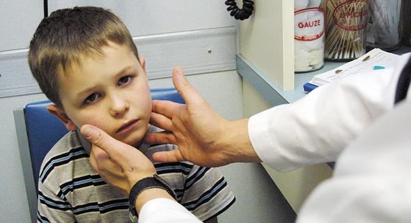 בדיקה של ילד חולה