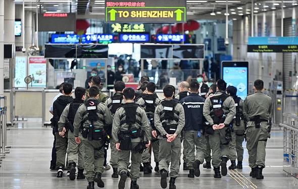 שוטרים במעבר הגבול בנמל שנזן, צילום: איי אף פי