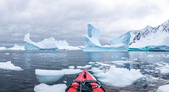 קרחונים נמסים באנטארקטיקה. בגלל משבר האקלים
