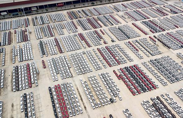 מגרש החניה במפעל משותף של GM ושותפה סינית מקומית בעיר ליוז'ו, בסין. כבר עכשיו נוצרים מחסורים