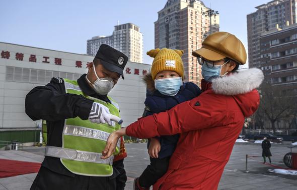 אנשים בסין נזהרים מהקורונה