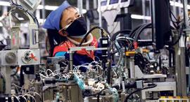 מפעל לרכיבים אלקטרוניים במחוז ג'יאנגסו אתמול, צילום: אי.פי.איי