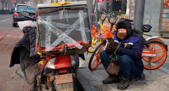 שליח על קטנוע בבייג'ינג