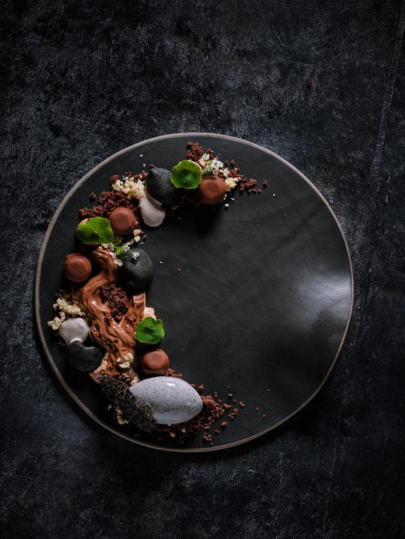 """פאסטל, ת""""א. שוקולד, מוס ג׳אנדוג׳ה, קרמו שוקולד מריר, קרמבל יוגורט וגלידת שומשום שחור. 62 שקל, צילום: אנטולי מיכאלו"""