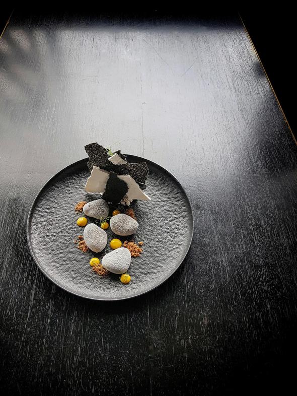 קמפאי, באר שבע. קרמו יוזו ותפוז מרוסס בשוקולד לבן ומחית שומשום עם גלידה וטוויל של שומשום שחור. 48 שקל, צילום: מורן טביב זאדה
