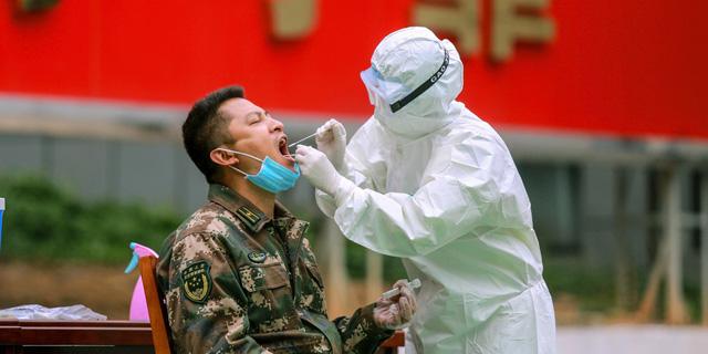 קורונה וירוס נגיף בדיקה לאיש צבא סין 12.2.20, צילום: איי אף פי