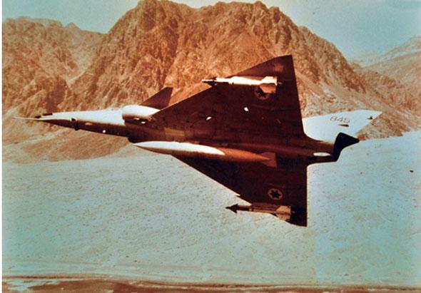 מטוס כפיר פונה. שימו לב לכנפוני הקנארד בחזית