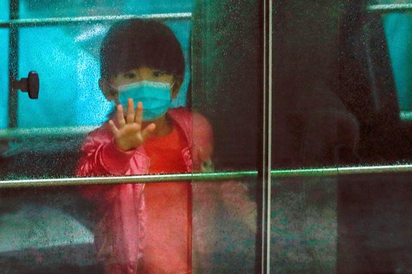 ילד עם מסיכה בסין, צילום: רויטרס