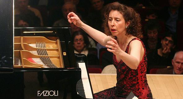 אנג'לה יואיט והפסנתר הנדיר