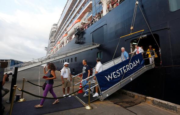 נוסעים יורדים מהאונייה אם-אס ווסטרדם