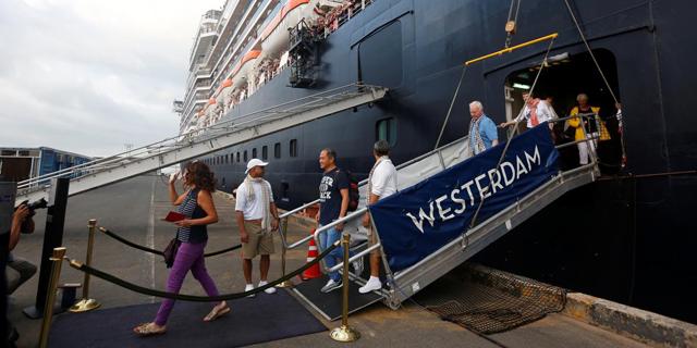 נוסעים יורדים מהאונייה אם-אס ווסטרדם, צילום: רויטרס