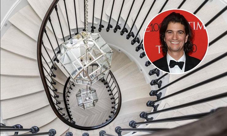 אדם נוימן, ברקע גרם המדרגות בטריפלקס