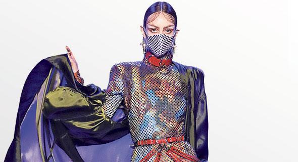 דוגמנית עוטה מסיכה בשבוע האופנה של ניו יורק, צילום: רויטרס