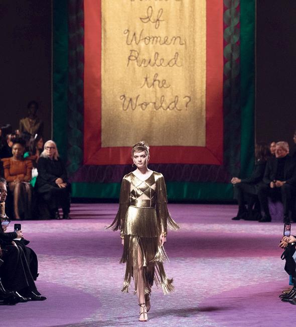 """תצוגת האופנה של דיור תחת הכותרת """"מה היה קורה לו נשים היו שולטות בעולם"""". קיורי: """"אי אפשר לשנות חברה בלי להציג את נקודת המבט שלך כחזקה"""", צילום: גטי אימג"""