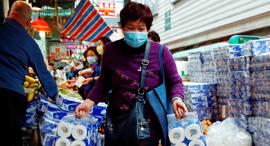 נגיף הקורונה וירוס קורונה תושבת הונג קונג קונה נייר טואלט, צילום: Tyrone Siu