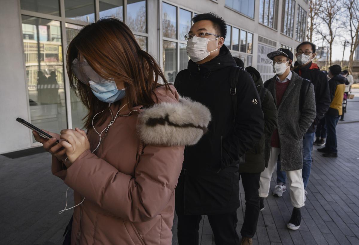 אנשים חובשים מסכות, צילום: גטי אימג