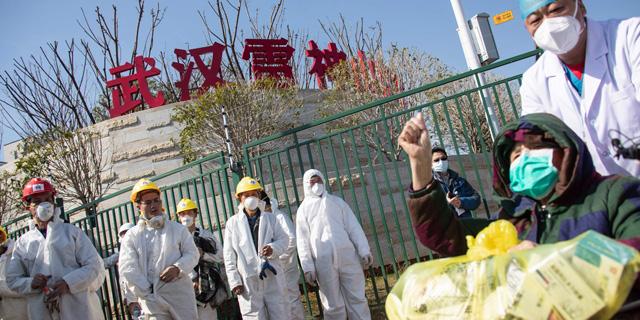 סין. חולה בן 83 שהחלים מקורונה משתחרר מבית החולים הזמני בחוביי, צילום: איי אף פי