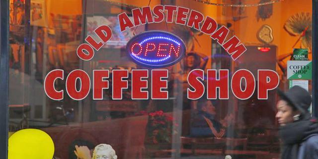 אמסטרדם שוקלת לאסור על תיירים לבקר בקופי-שופס המוכרים מריחואנה