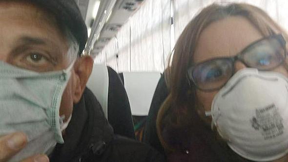 עדנה והנרי בן שבת על האוטובוס בדרך למלון בטוקיו, לאחר שיצאו מספינת הקורונה