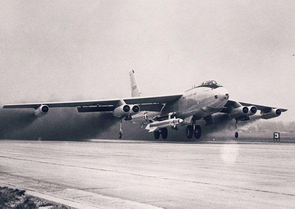 מפציץ B47 אמריקאי ממריא ותחת כנפו טיל בולד אוריון, צילום: USAF