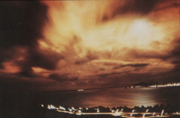 וכך זה נראה בצבע: אמצע הלילה, והשמיים בוערים, צילום: wikimedia