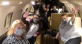 הישראלים מ ספינת ה קורונה במטוס בדרך לישראל, צילום: שגרירות ישראל ביפן